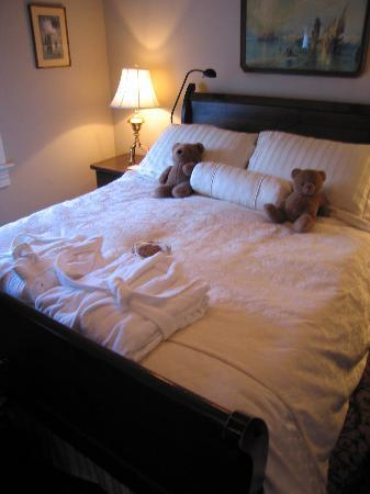 O Canada House: Bedroom w/ teddybears and cookie
