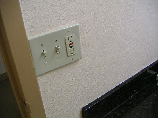 Ramada Birmingham Airport : place had mismatch light/outlet covers