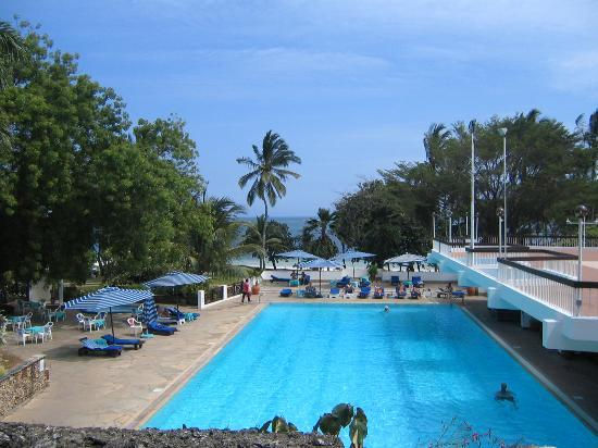 Nyali International Beach Hotel: The huge, empty pool!