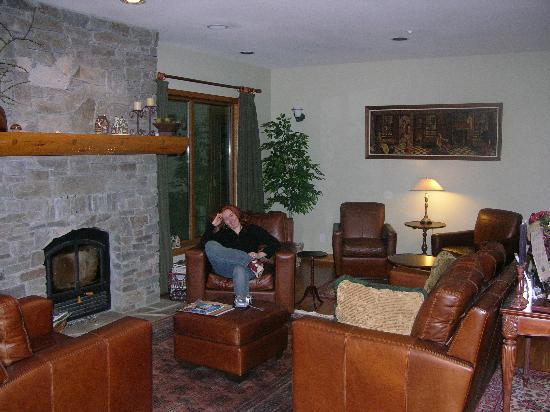 Whistler Alpine Chalet Retreat & Wellness: Alpine Chalet's cozy sitting room