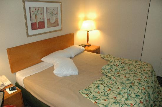 Fairfield Inn & Suites Columbus OSU: Bed with old ratty blanket