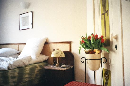 Suite 259: bedside with flowers