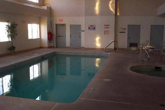 U.S. Travelers Inn & Suites: The indoor pool and jacuzzi
