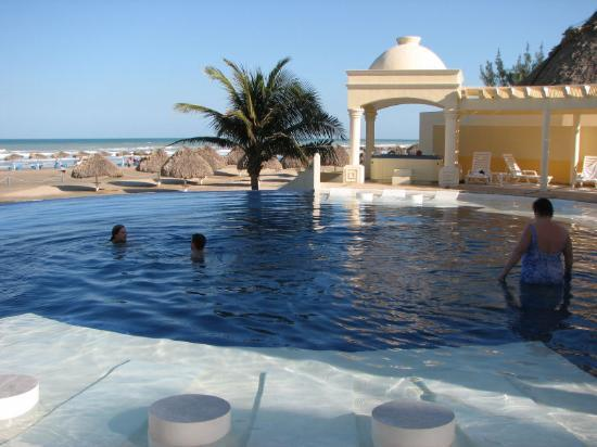 Club Maeva Tampico Miramar: Club Maeva-adults only swim up bar and two hot tubs.