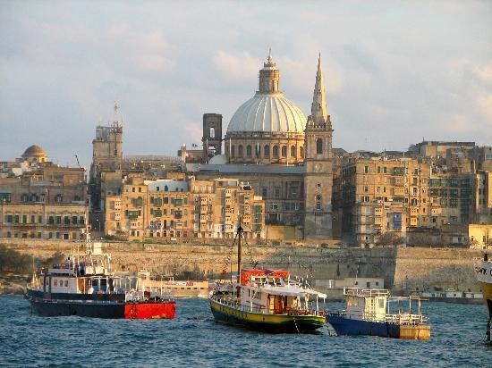 Preluna Hotel & Spa : Valletta at dusk viewed from Sliema Creek
