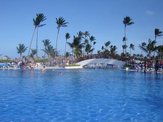 Grand Bahia Principe Bavaro: La piscine près de la playa