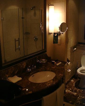 Corinthia Hotel Budapest: Bathroom sink and mirror