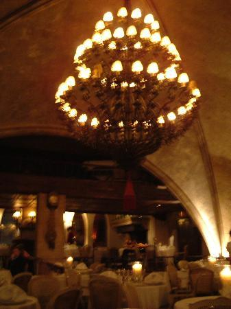 Landa: vaulted ceiling of restaurant