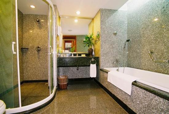 Halong Plaza Hotel: Bathroom