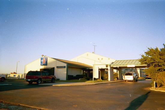 Motel 6 Shawnee: Entrance