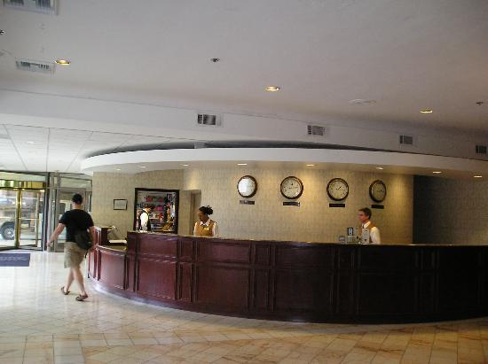 Madison Concourse Hotel and Governor's Club: Main desk