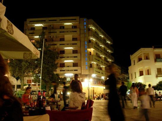 Samaras: View of the hotel from the nearby square at night