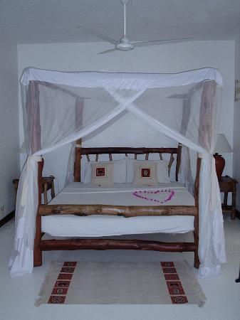 Pinewood Beach Resort & Spa: Suites have a four poster......