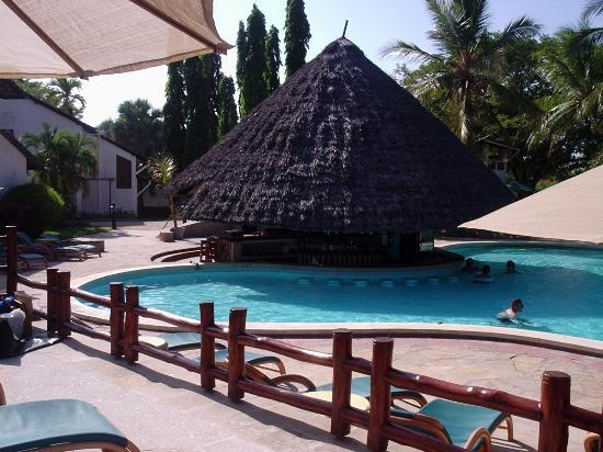 Pinewood Beach Resort & Spa: Pool and swim up bar