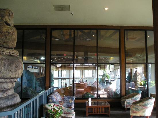 The House on the Rock Inn: Pool area from main lobby