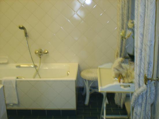 Hotel De Tuilerieen: bathroom - bathtub