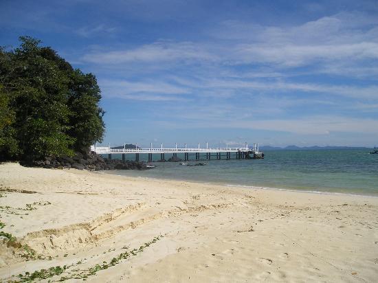 โรงแรมเคปพันวา: Beautiful beach at Cape Panwa