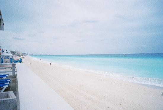 Crown Paradise Club Cancun: beach in front of CPC