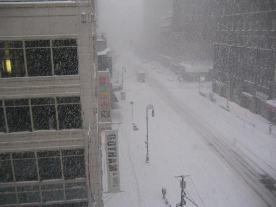 Americana Inn: View of 6th Ave with snow!