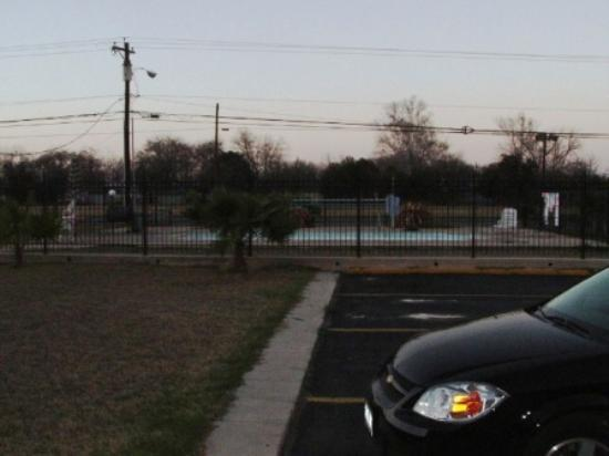 Texas Inn: The pool with our car up front