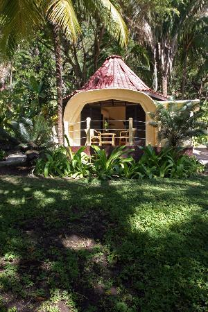 Ylang Ylang Beach Resort: dome hut