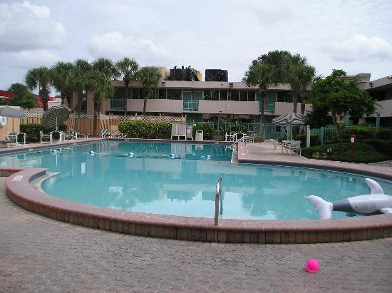 Red Lion Hotel Orlando - Kissimmee Maingate : Pool #2 - Note new roofing being installed