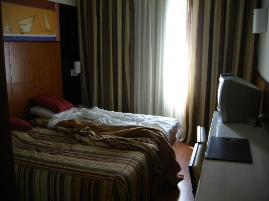 Hotel Catalonia Brussels: Pardon the unmade bed
