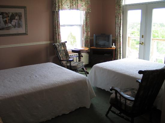 Lynwood Inn: Well laid out corner room with views and balcony