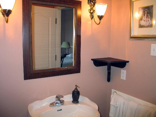 Lynwood Inn: The bathroom