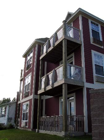 Lynwood Inn: We had the top floor corner room with balcony