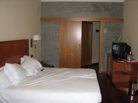 Hotel Montecarlo Barcelona: View from doorway and bathroom entrance