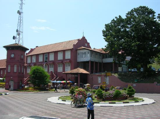 """Malacca, Malaisie : view of town square with """"stadthuys"""""""