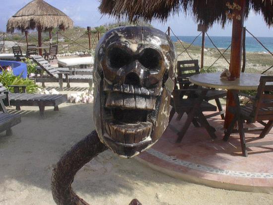 Villa La Bella: Funny carved guy watches the bar..