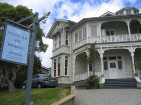 Herne Bay Bed & Breakfast: Front of the Bed & Breakfast