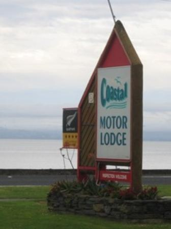 Coastal Motor Lodge: Sign out front of the lodge