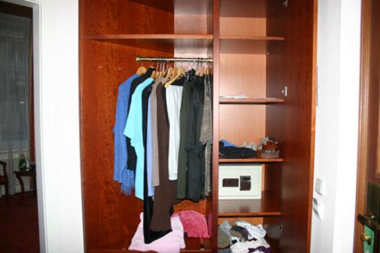 Boutique Hotel Seven Days : Wardrobe with safe