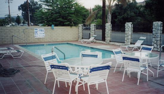 Travelodge of Santa Clarita: Outdoor pool area.