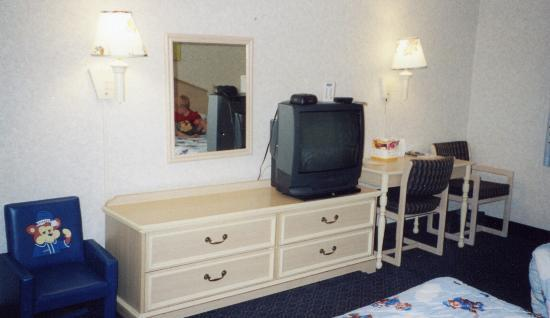 Travelodge Santa Clarita/Valencia: TV and drawers.