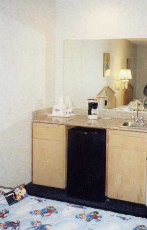 Travelodge Santa Clarita/Valencia: Sink, microwave, and fridge area.