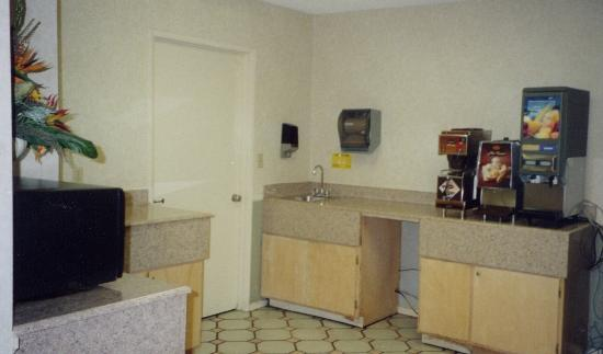 Travelodge Santa Clarita/Valencia: Breakfast area.
