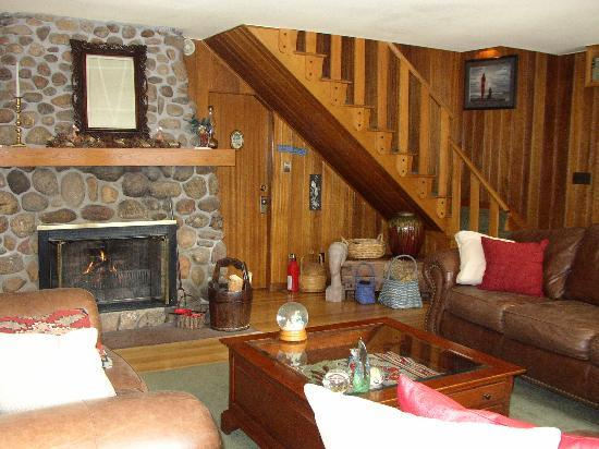 Romantic Riversong Bed and Breakfast Inn: Living Room at Riversong