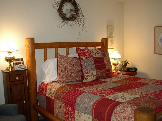 Romantic Riversong Bed and Breakfast Inn: Pasque Flower Room
