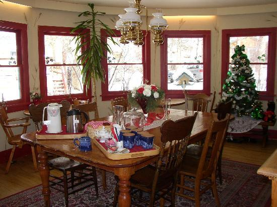 Romantic Riversong Bed and Breakfast Inn: Dining Room at Riversong