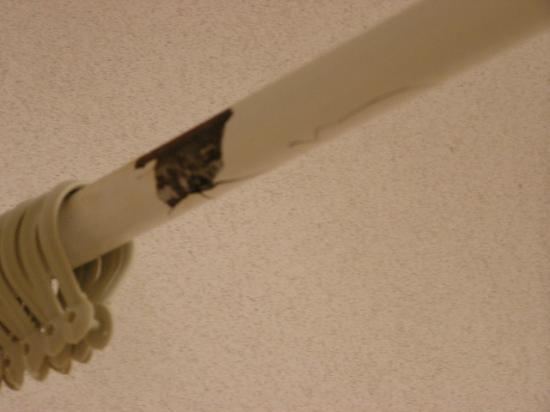 Quality Inn: shower rod almost broken
