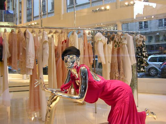 Rue du Faubourg Saint-Honore: This fancy dress is yours for 4000 euro's!