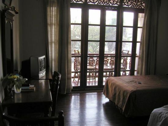 Chitchareune Mouang Luang Hotel: Hotel room with view of balcony