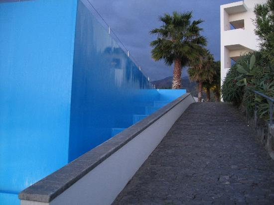 Estalagem Ponta do Sol: Side of the infinity pool (back towards the rooms)
