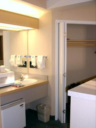 Best Western Plus Kennewick Inn: Kitchen Area 2 (show closet with safe)