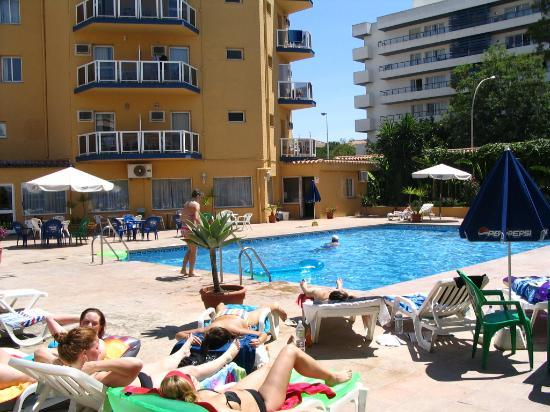 Hotel Itaca Fuengirola : Hotel and pool from the bungalows view