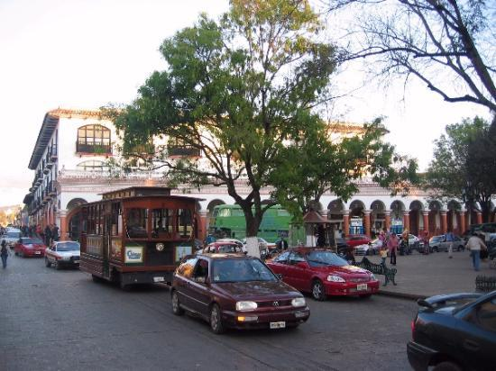 Hotel Real de Valle: zocalo in san cristobal, hotel in street on left